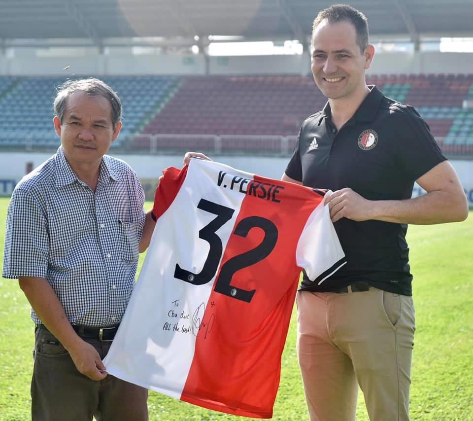 Đai diện đội bóng Hà Lan trao tặng áo thi đấu của CLB có chữ kí của Van Persie cho bầu Đức.