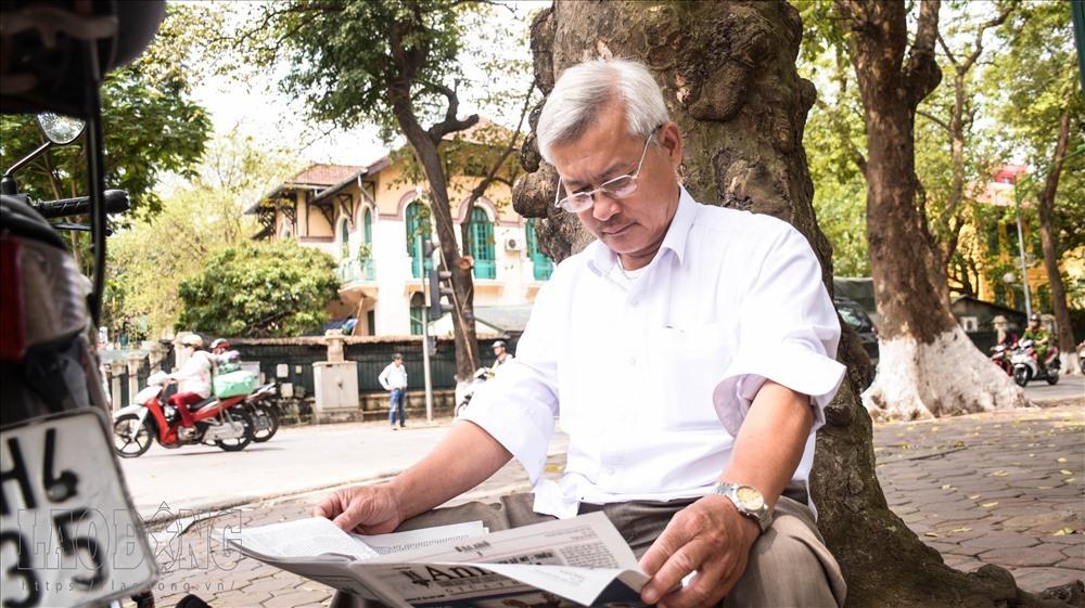 Các cụ già cũng chọn những con phố thơ mộng này là nơi đọc báo, hóng mát.