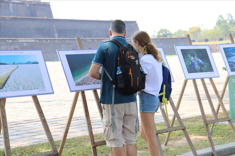Triển lãm thu hút sự chú ý, tò mò của những du khách mới lần đầu đến đây.