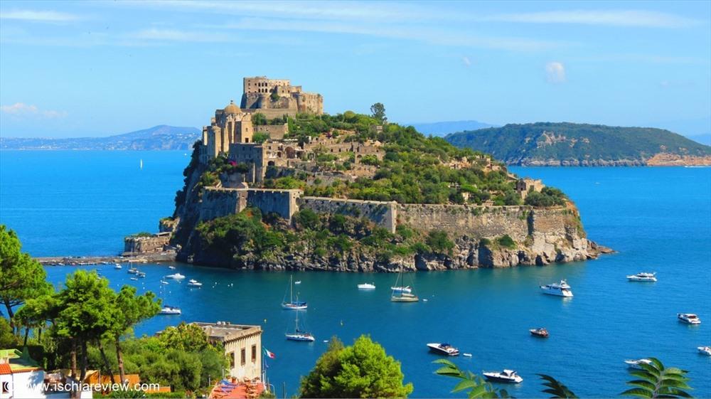 Lâu đài Aragonese ở Italy từng bị hư hại nặng trong đợt ném bom của Anh vào năm 1809, nhưng được trùng tu vào thế kỷ 20. Ảnh: Ischia Review
