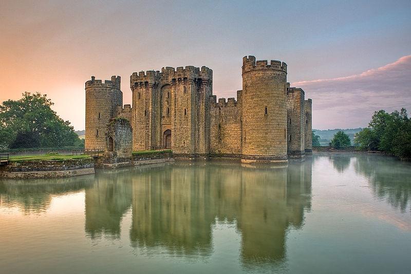 MedievalisLâu đài Bodiam tọa lạc gần Robertsbridge ở East Sussex, Anh. Công trình này được xây dựng năm 1385 bởi Sir Edward Dalyngrigge, nhằm bảo vệ khu vực khỏi bị Pháp xâm lược. Ảnh: Medievaliststs