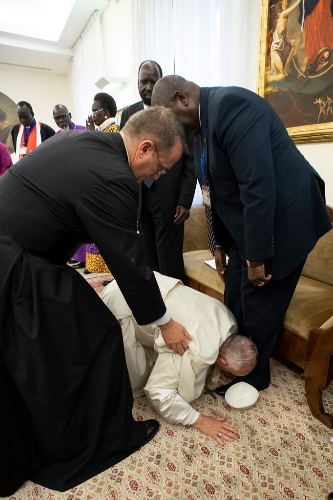 Hình ảnh Giáo hoàng Francis quỳ gối hôn chân các lãnh đạo Nam Sudan. Ảnh: RT.