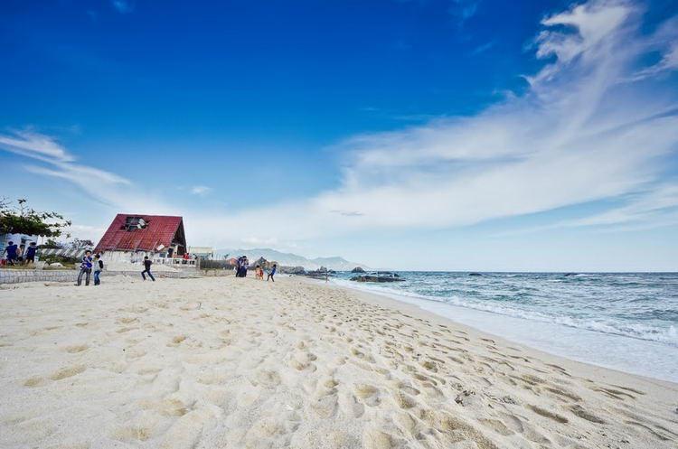 Cách thị xã Phan Rang 5km về hướng Đông, nằm trên địa bàn xã Khánh Hải, huyện Ninh Hải, Ninh Thuận, biển Ninh Chứ có bờ cát trắng hình cung dài 10 km là một trong 9 bãi biển đẹp nhất nước, thích hợp cho nghỉ dưỡng. Đây cũng là một trong những bãi biển ở miền tây đẹp nhất và đang được chú trọng phát triển du lịch.