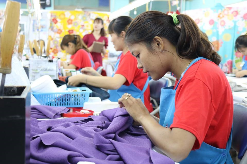 Một công nhân chăm chú thực hiện sản phẩm ở phần thi của mình.