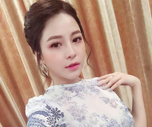 """Đỗ Trâm Anh (sinh năm 1996) được biết tới là 1 người mẫu ảnh, 1 """"hot girl dược sĩ"""" nổi tiếng tại Hà Nội. Vẻ đẹp của cô ngày càng đằm thắm và quyến rũ."""