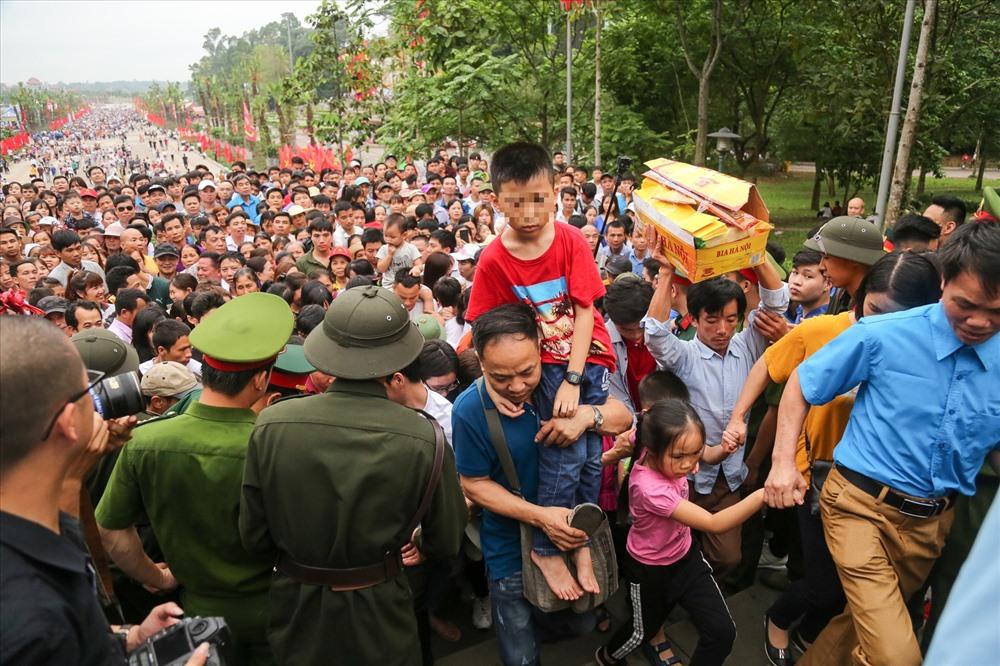 """Trong Lễ hội Đền Hùng năm 2019, tỉnh Phú Thọ tiếp tục triển khai thực hiện """"5 không"""": Không để xảy ra ùn tắc giao thông, không để xảy ra tình trạng kinh doanh """"chặt chém"""", không có ăn xin, không có các hành vi phản cảm và không để mất vệ sinh an toàn thực phẩm."""
