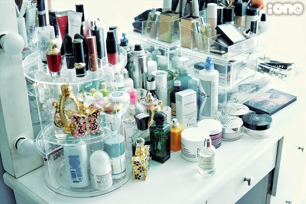Bộ mỹ phẩm gồm nước hoa, đồ làm đẹp của cô cũng rất đa dạng và thuộc các thương hiệu đắt tiền như Chanel, Dior