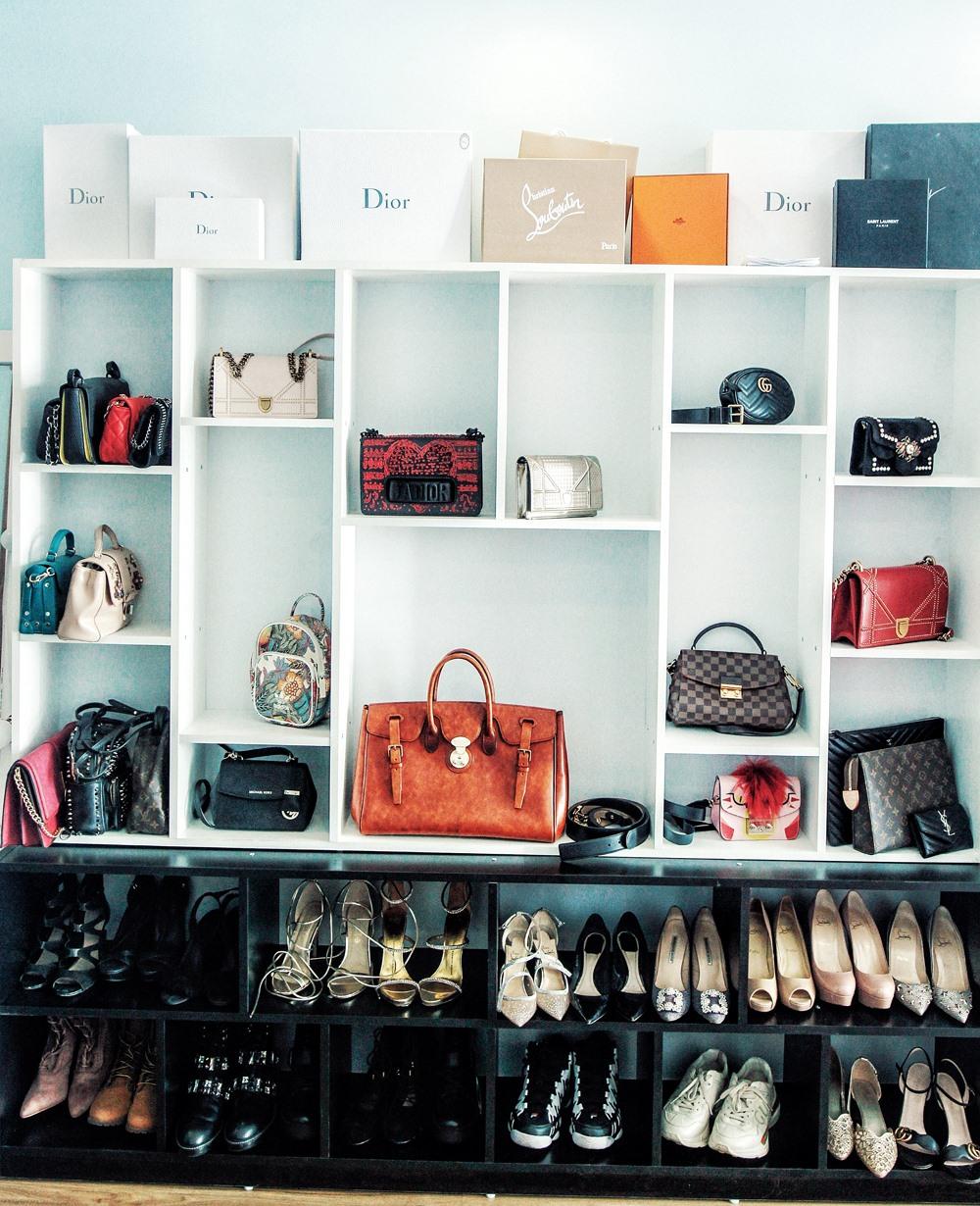 Trong phòng ngủ ở nhà, Trâm Anh dành một không gian lớn để trưng bày những chiếc túi xách và giày dép hay sử dụng nhất. Cô nàng sở hữu khoảng 30 chiếc túi xách, hơn 30 đôi giày hàng hiệu, sắp xếp gọn gàng, đẹp mắt.