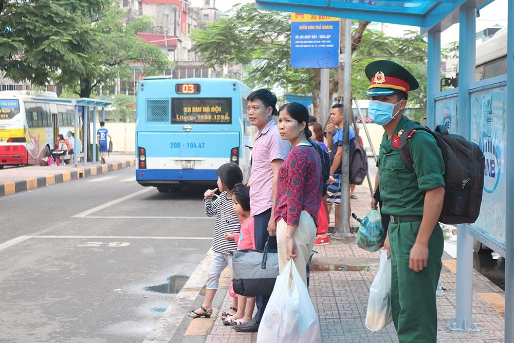 Thay vì đi xe ôm, nhiều người chờ đi xe bus do phải mang vác nhiều đồ đạc lỉnh kỉnh.