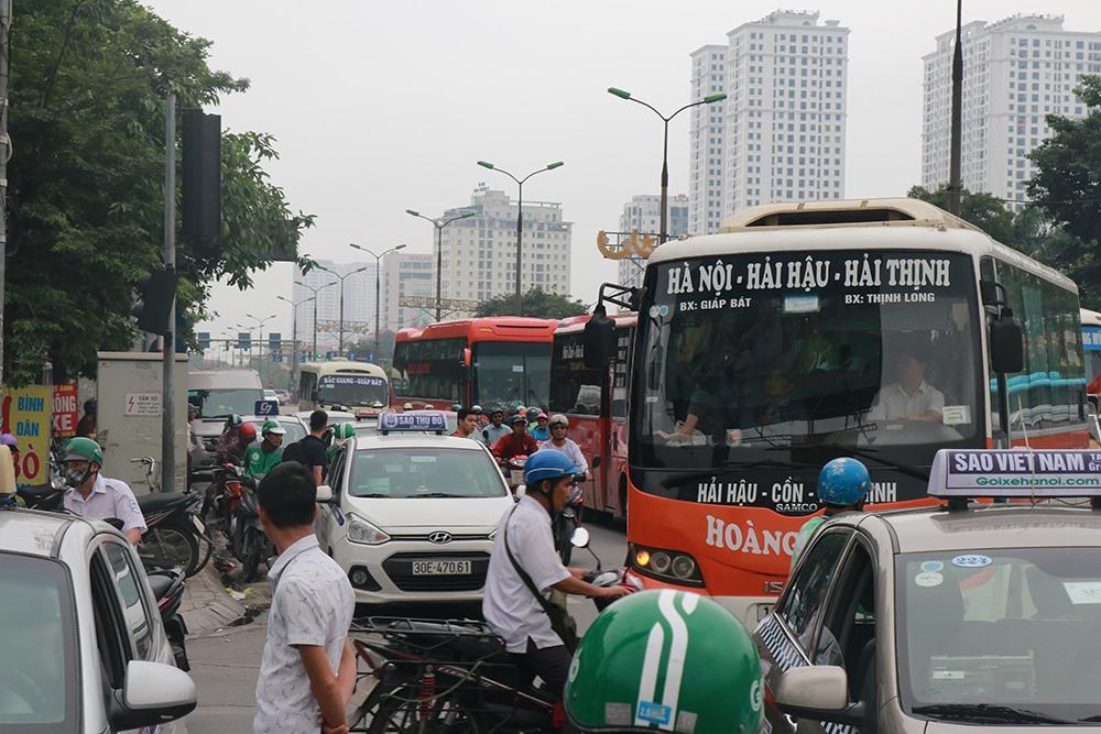 Người dân bắt đầu đổ về Hà Nội sau 3 ngày nghỉ lễ khiến giao thông ùn ứ. Ảnh: PV.