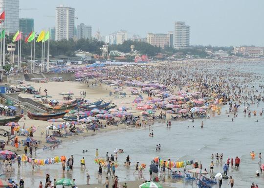 Sáng 15-4, du khách liên tục đổ ra khu vực Bãi Sau, TP Vũng Tàu để tắm biển. Theo thống kê của Ban quản lý các KDL TP Vũng Tàu, trong 2 ngày lễ Giỗ tổ Hùng Vương, tại các KDL, các bãi tắm đón hơn 130.000 lượt khách, trong đó ngày đông nhất là 14-4 với 83.000 lượt. Đang là múa sứa biển sinh sản, nên tại biển Vũng Tàu khoảng 1 tuần nay xuất hiện rất nhiều sứa con. Nhiều du khách cũng phản ánh việc bị sứa biển tấn công khi tắm biển.