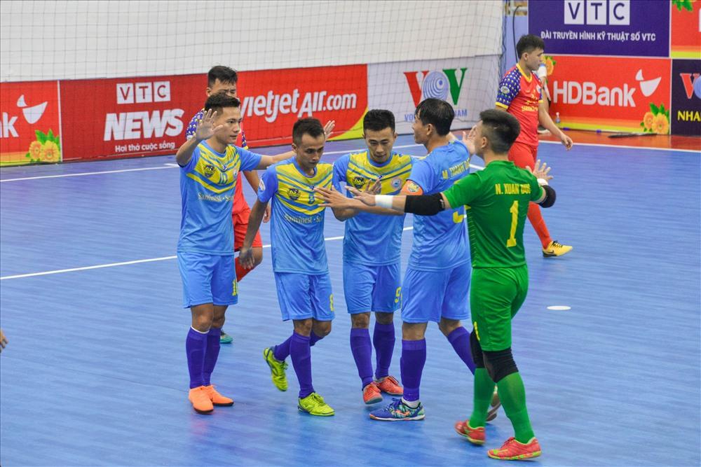 """Trận """"derby"""" nội bộ của futsal Khánh Hòa diễn ra kịch tính và hấp dẫn với chiến thắng chung cuộc 4-3 nghiêng về Savinest Sanna Khánh Hòa."""