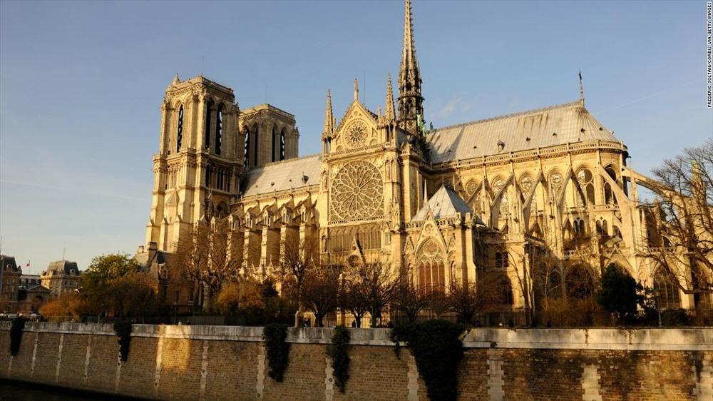 Công trình nổi tiếng ở thủ đô Paris, Pháp hấp dẫn hàng triệu du khách tham quan mỗi năm. Nhà thờ Đức Bà được xây dựng năm 1163 dưới thời vua Louis VII khi thành phố Paris thời trung cổ đang phát triển về dân số và tầm quan trọng, trở thành trung tâm chính trị và kinh tế của vương quốc Pháp. Việc xây dựng tiếp tục trong phần lớn của thế kỷ tiếp theo, với những phục hồi và bổ sung lớn được thực hiện vào thế kỷ 17 và 18.