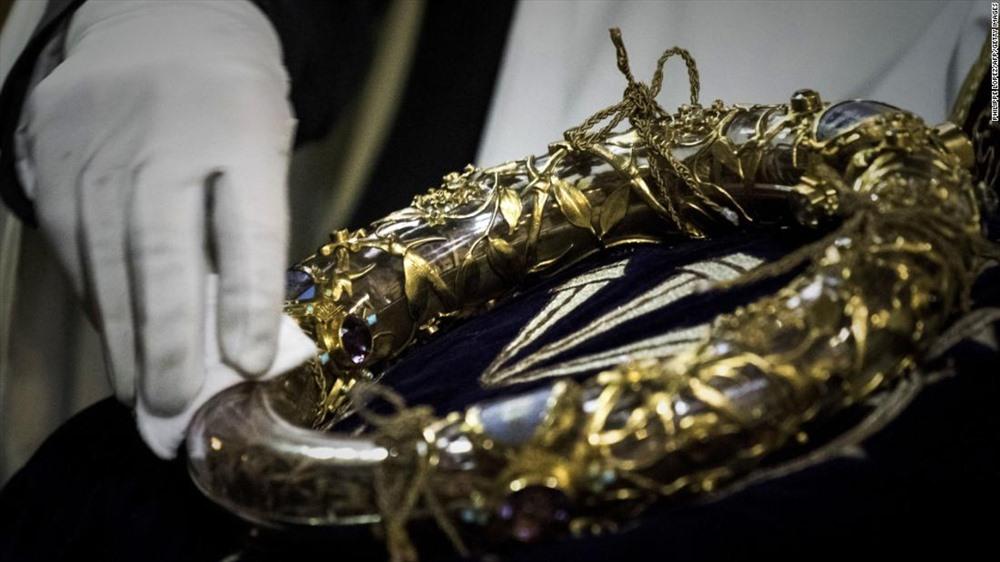 Những tài sản vô giá của Nhà thờ Đức Bà Paris gồm có vương miện gai - một thánh tích Công giáo thỉnh thoảng được trưng bày.