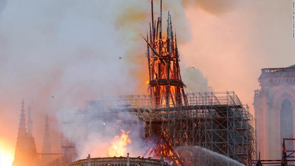 Bộ trưởng Nội vụ Pháp ban đầu cảnh báo, 400 lính cứu hỏa đang nỗ lực dập lửa có thể không thể cứu được nhà thờ. Tuy nhiên sau đó, một quan chức cấp cao của bộ này bày tỏ sự lạc quan rằng có thể cứu được nhà thờ và cần hơn 4 giờ để khống chế hỏa hoạn.