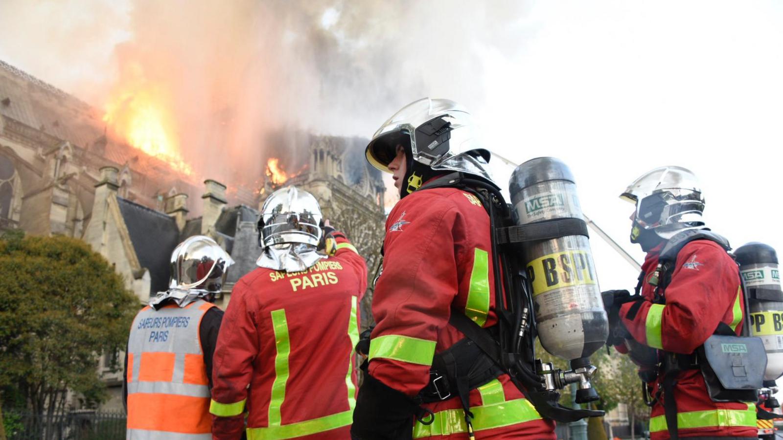 Một lính cứu hỏa đã bị thương nặng trong quá trình dập lửa. Ảnh: Sky News.