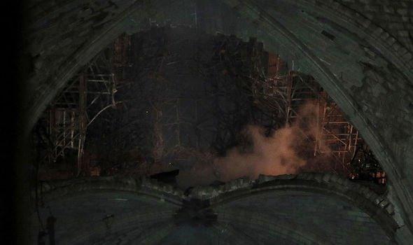 Phần mái của nhà thờ bị hư hại.