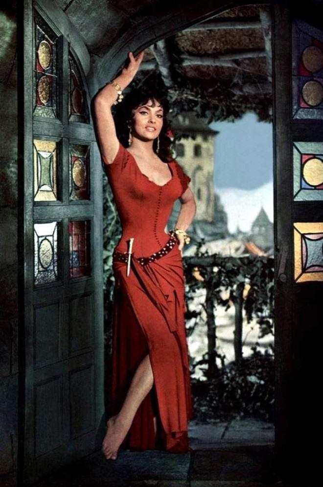 Bản phim 1956 là một trong những phiên bản hiếm hoi sử dụng cái kết gốc trong tiểu thuyết, khi nhân vật nàng Esmeralda phải từ giã cõi đời. Nhà làm phim đã chọn Lollobrigida vì nữ diễn viên có ánh mắt sắc sảo, vòng eo siêu nhỏ, vòng một đầy đặn và có vẻ đẹp rực lửa.