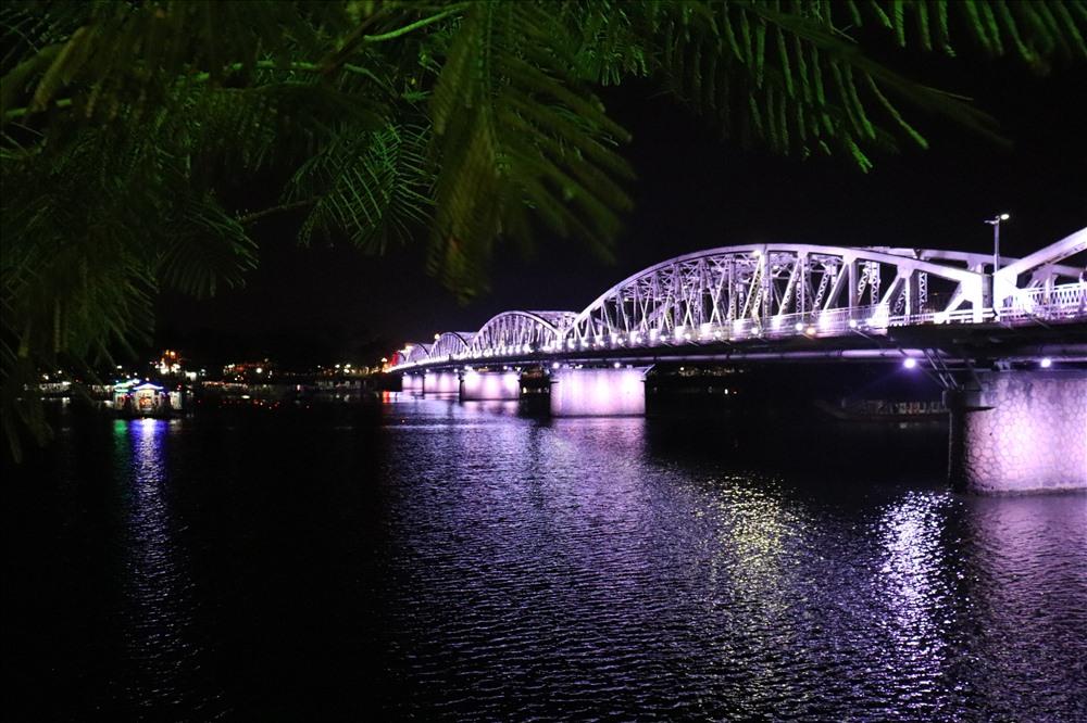 Trước đây, hệ thống đèn chiếu sáng bật từ 19h đến 21h. Hệ thống đèn mới này sẽ tạm thời được mở đến 23h.