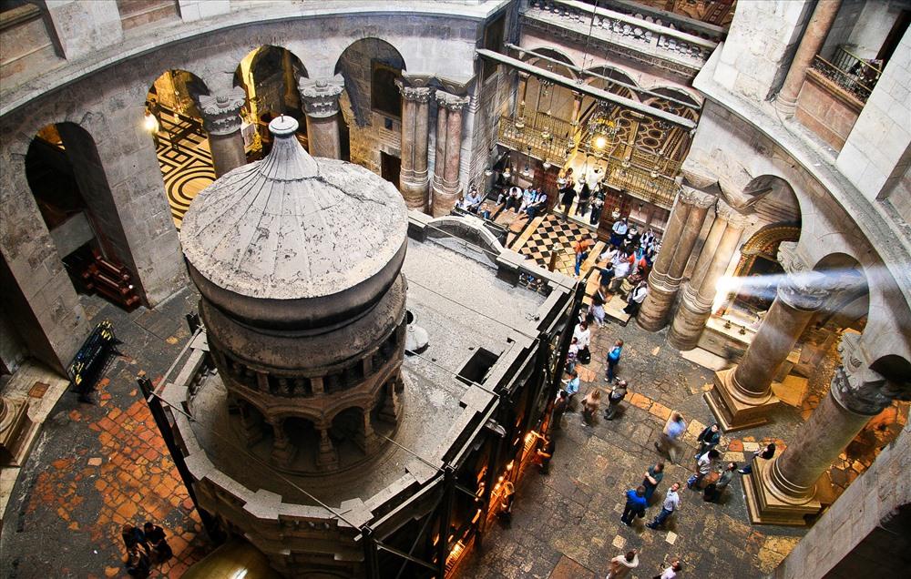 Nhà thờ nằm trong Thành Phố Cổ của Jerusalem và được xây dựng bởi thế hệ tín đồ Cơ đốc giáo đầu tiên. Ngày nay Holy Sepulcher là một trong những địa điểm du lịch được viếng thăm nhiều nhất ở Jerusalem và là nơi có ý nghĩa tôn giáo sâu sắc. Ảnh: HolyLandPhotos' Blog