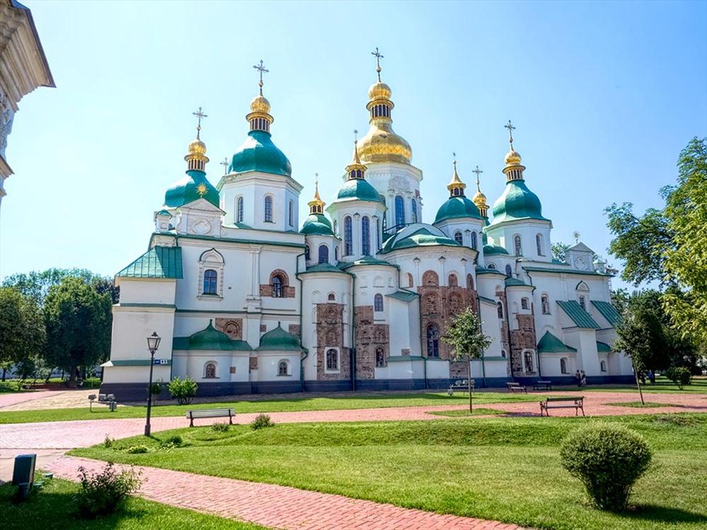 Nằm tại trung tâm thủ đô Kiev của Ukraine, nhà thờ thánh Sophia được mệnh danh là một trong những nhà thờ cổ tráng lệ nhất thế giới. Nhà thờ được thiết kế bởi kiến trúc sư nổi tiếng Octaviano Mancini. Năm 1990, UNESCO đã công nhận nhà thờ chính tòa Thánh Sophia này là di sản thế giới của Ukraine. Ảnh: Hole in the Donut Cultural Travel