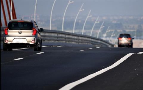 Nhiều đoạn mặt đường võng, lún gây cảm giác khó chiụ cho phương tiện di chuyển qua cầu Bạch Đằng.