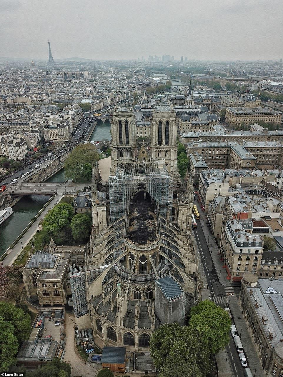 Sau 9 tiếng chiến đấu không ngừng nghỉ, lực lượng cứu hỏa Paris ngày 16.4 thông báo đã dập tắt hoàn toàn đám cháy.