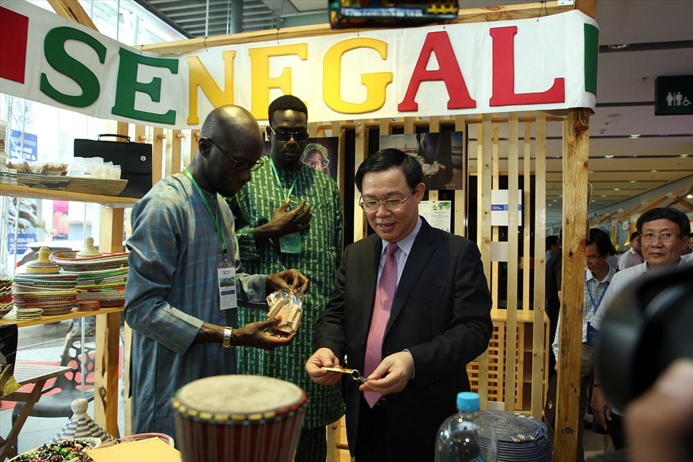 Phó Thủ tướng thăm khu trưng bày sản phẩm OCOP của DN đến từ Senegal. Ảnh: VGP/Thành Chung