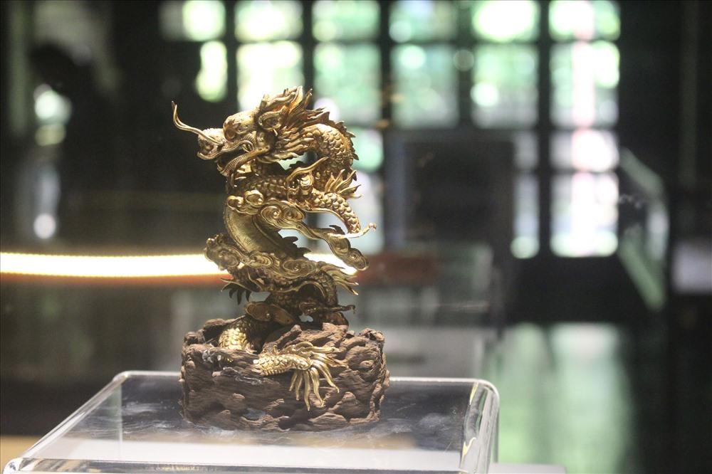 Tượng rồng bằng vàng và gỗ để trang trí phòng của vua do Quan xưởng triều Nguyễn chế tạo. Niên hiệu Thiệu Trị thứ 2 (1842).