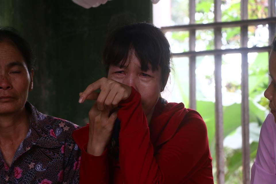 Bà Vũ Thị Oanh - mẹ nữ sinh bị đánh hội đồng thời điểm biết tin con là nạn nhân của vụ việc.