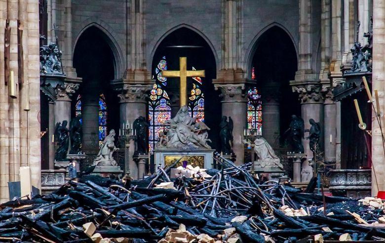 Dù vậy, đội cứu hỏa đã bảo vệ thành công cấu trúc chính và các bảo vật của Nhà thờ Đức Bà, đám cháy cũng đã được dập tắt hoàn toàn. Ảnh: Reuters.