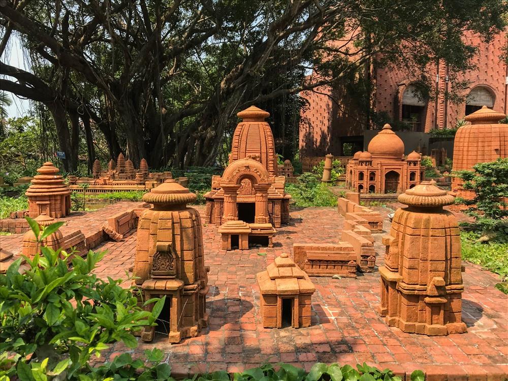 Tại công viên, có hàng loạt các công trình, các kỳ quan thiên nhiên của thế giới được các nghệ nhân làng gốm mô phỏng lại.