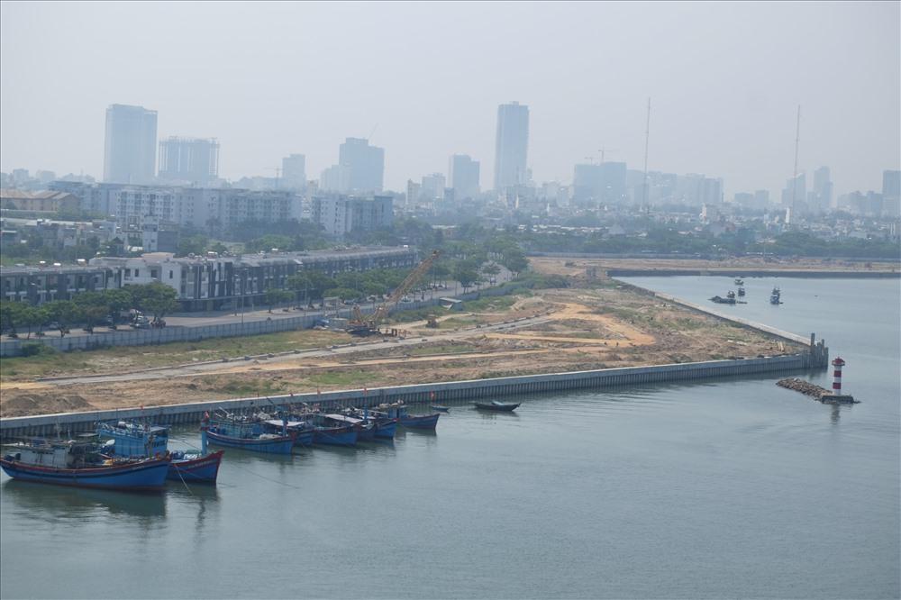 Trước những ý kiến nghi ngại dự án Marina Complexlấn sông Hàn, và khả năng gây hại cho dòng sông, Sở Xây dựng TP đã có thông cáo báo chí cho biết, dự án đã được UBND TP phê duyệt nhiều lần, trong đó sơ đồ ranh giới tại Quyết định số 6652/QĐ-UBND ngày 28.8.2009, diện tích là 175.012m2, bao gồm sử dụng đất phần đất liền 105.520m2; phần mặt nước: 69.492m2... do Tập đoàn VinaCapital nghiên cứu dự án.