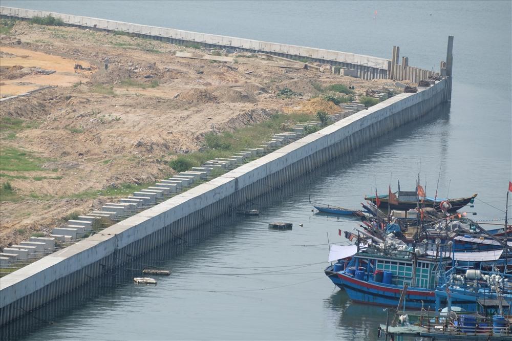 Theo Sở Xây dựng Đà Nẵng,tuyến đê, kè Mân Quang được Sở Nông nghiệp và Nông thôn thành phố Đà Nẵng tổ chức lập quy hoạch trên cơ sở khảo sát địa hình địa chất, nghiên cứu dòng chảy sông Hàn. Quy hoạch dự án đảm bảo an toàn cho các khu dân cư đô thị Mân Quang, khu dân cư Làng cá Nại Hiên Đông, chống sạt lở bờ sông và cơ sở hạ tầng khu vực ven sông. Bộ Nông nghiệp và Phát triển nông thôn cũng đã có ý kiến thống nhất. Dự án đã được UBND thành phố Đà Nẵng phê duyệt báo cáo đánh giá đánh giá tác động môi trường tại Quyết định số 6039/QĐ-UBND ngày 27.10.2017.