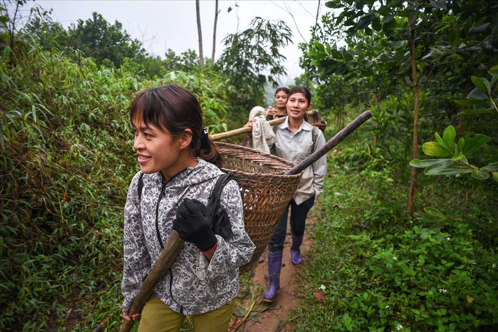 Chị Triệu Thị Huệ cùng một số một số người phụ nữ trong thôn Phiềng Ly (Trung Hà, Chiêm Hoá) lên rừng tìm măng. Lần hái măng này để cung cấp thực phẩm cho lễ cấp sắc của một gia đình cùng thôn.