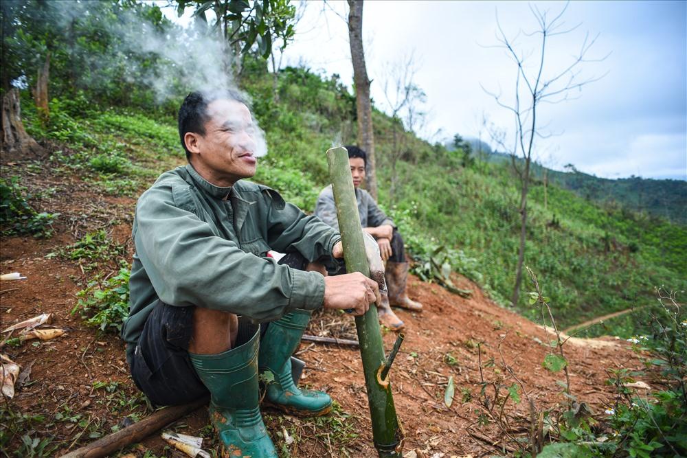 Tuy nói là công việc đặc trưng của người phụ nữ Dao nhưng rảnh rỗi thì những người đàn ông vẫn vào rừng đào măng phục vụ cho gia đình mình. Tranh thủ lúc nghỉ ngơi, chỉ vài thao tác vài tác họ đã có ngay một điếu thuốc lào từ ống cây vầu.