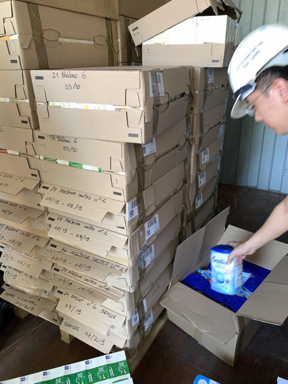 Lực lược chức năng phát hiện nhiều thùng sữa cho trẻ bị nhập lậu