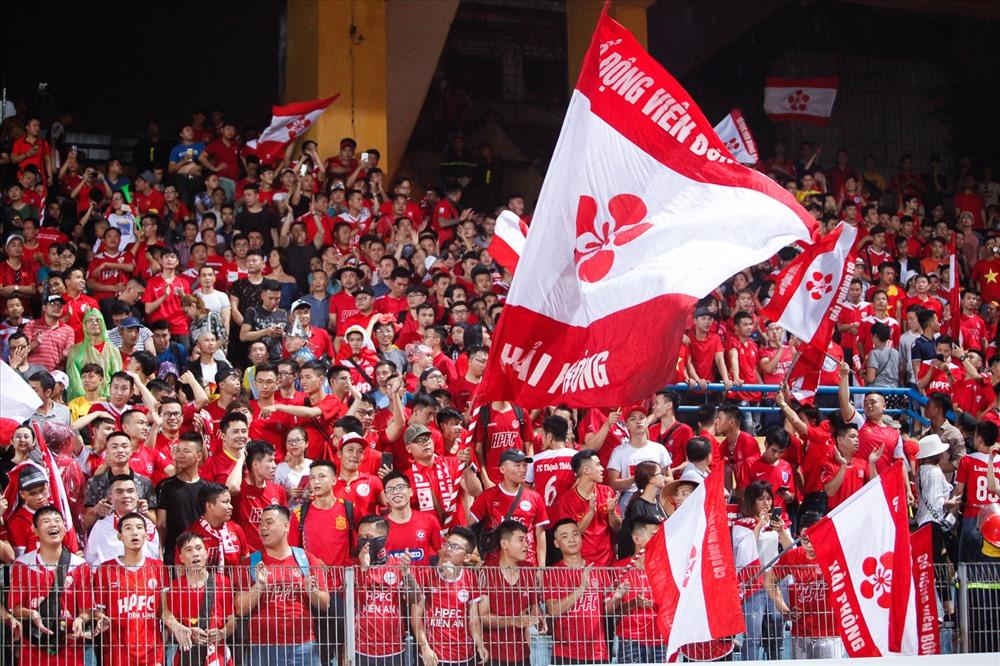 CĐV Hải Phòng đã nhuộm đỏ một góc khán đài B với cờ, băng rôn, khẩu hiệu.