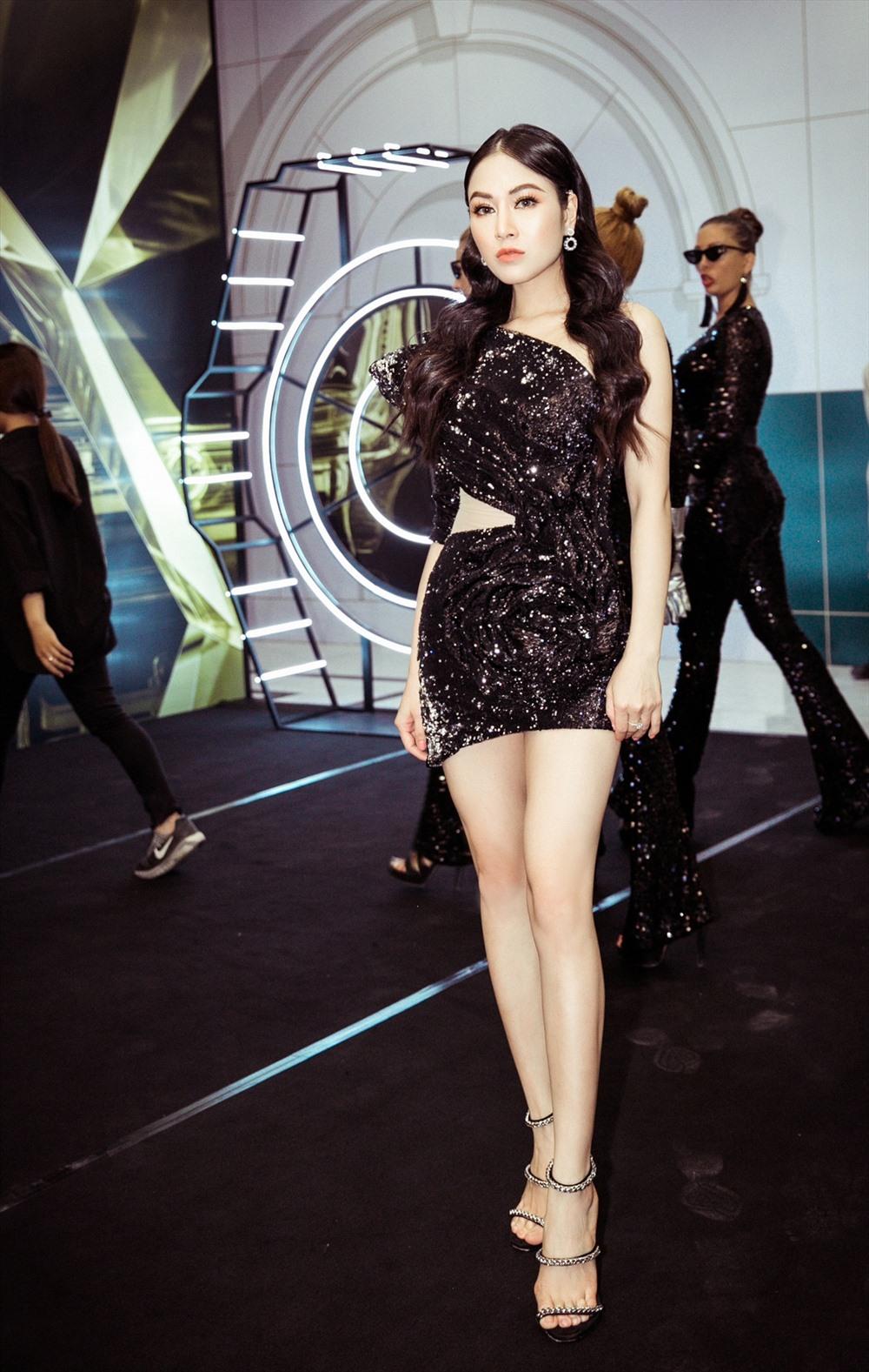 Đúng với chủ đề của đêm tiệc là 'Blink blink', người đẹp diện chiếc váy đen lấp lánh với những đường cắt táo bạo của nhà thiết kế Nguyễn Tiến Truyển, khoe đường cong và thân hình chuẩn hoa hậu.