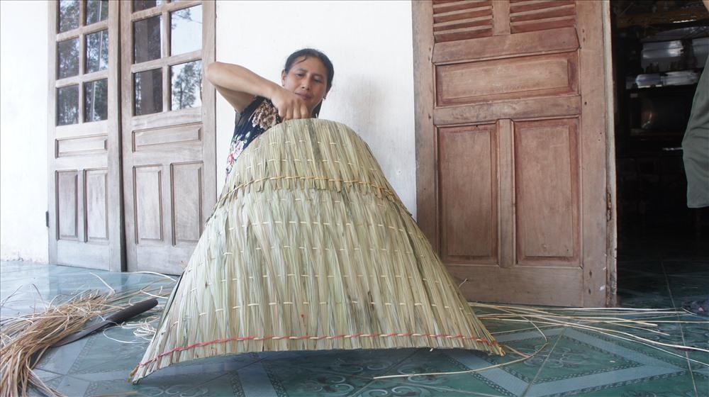 Nghề chằm tơi được xem như nghề tổ truyền của người dân thôn Yên Lạc