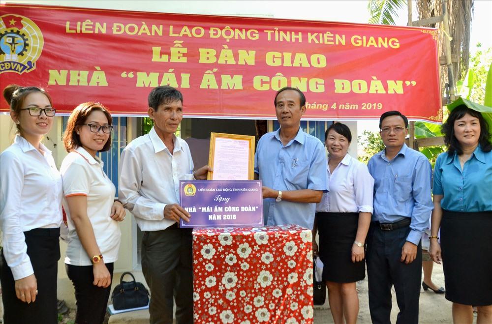 Quang cảnh buổi lễ bàn giao MÂCĐ cho đoàn viên Trần Vũ Tuấn. Ảnh: Lục Tùng