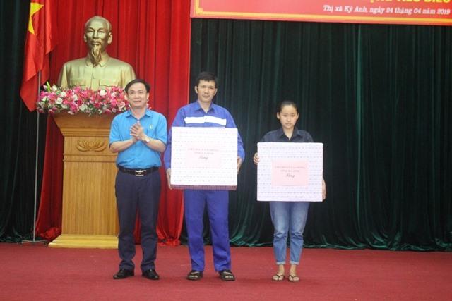 Ông Ngô Đình Vân - Phó Chủ tịch LĐLĐ Hà Tĩnh trao quà của LĐLĐ Hà Tĩnh cho 2 công nhân khó khăn