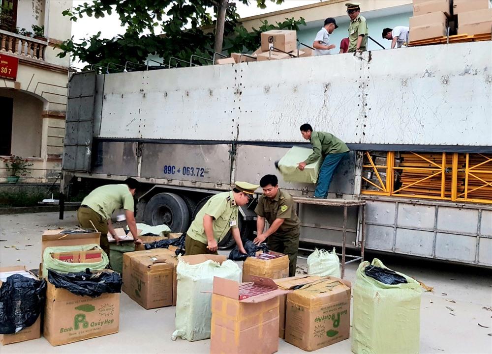 Đây là vụ vận chuyển số lượng lớn thuốc lá lậu qua địa bàn Quảng Bình bị bắt giữ. Ảnh: Lê Phi Long