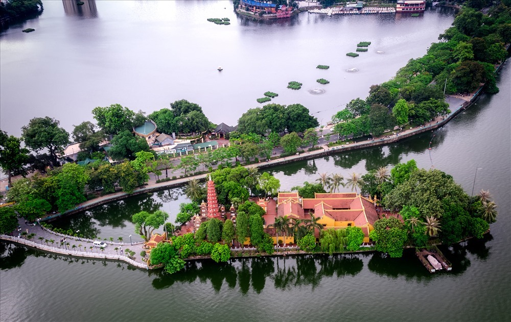 Chùa Trấn Quốc nằm trên một hòn đảo phía Đông Hồ Tây là ngôi chùa lâu đời nhất ở Hà Nội với lịch sử hơn 1500 năm tuổi và được tôn vinh là một trong những ngôi chùa đẹp nhất trên thế giới. Ảnh: Flycam 4k