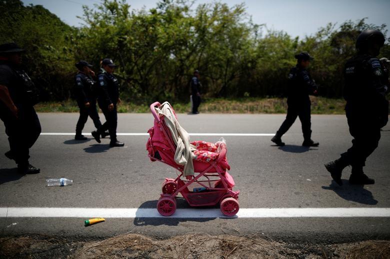 Một chiếc xe đẩy của nhóm người di cư Trung Mỹ bỏ rơi trong cuộc đột kích nhập cư trong hành trình tới Hoa Kỳ tại Pijijiapan (Mexico).