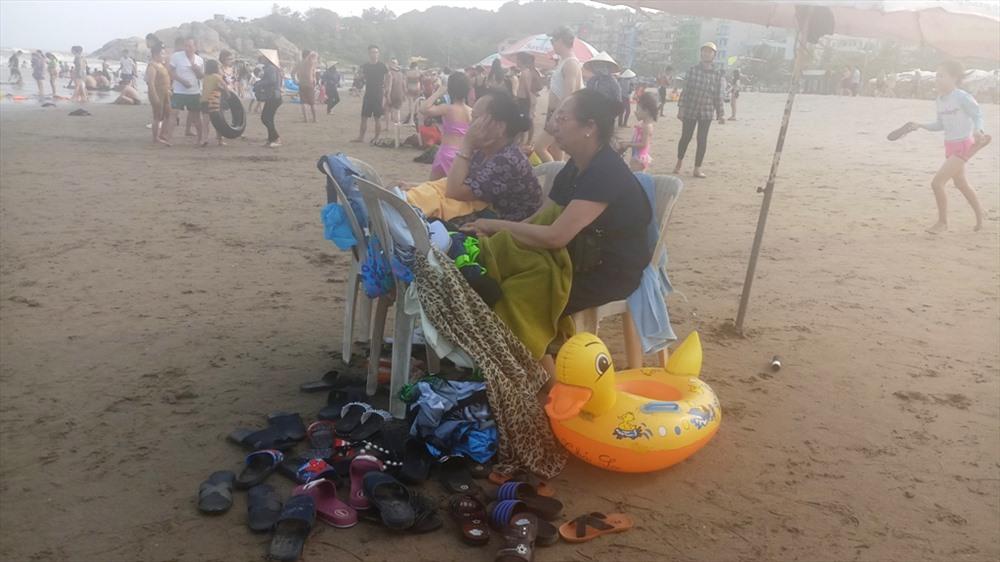 Những người cao tuổi ở lại trên bờ để trông tư trang.