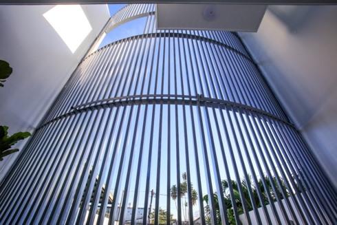 Không gian sống không bị cách biệt với môi trường bên ngoài nhờ dãy tường rào thép.