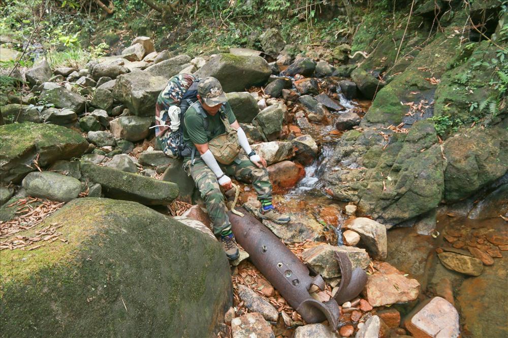 Một quả bom Napan đã nổ nằm lại trong rừng sâu từ thời chiến tranh.