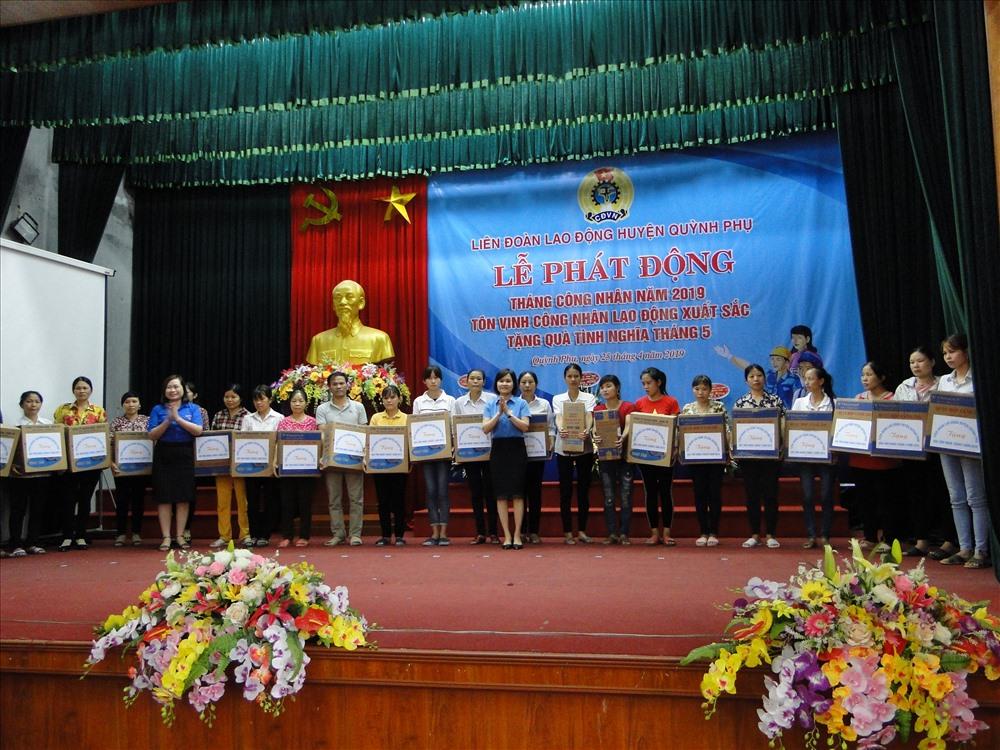 Chủ tịch LĐLĐ huyện Quỳnh Phụ Tăng Thị Hiệu trao quà cho CNLĐ.