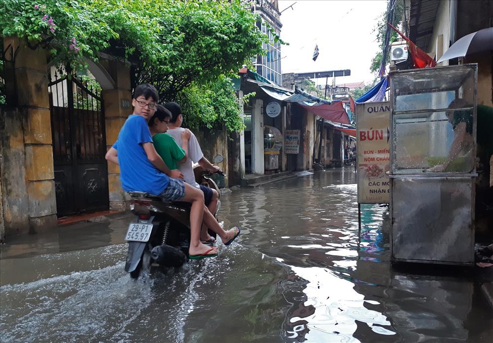 Sáng nay, vùng mây đối lưu đang gây mưa rào và dông trên khu vực huyện Sơn Tây, Phúc Thọ, Thạch Thất, Đan Phượng rồi lan nhanh vào nội thành.